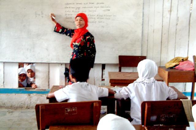 Kadisdik Riau Ajukan Kenaikan Honor Guru Bantu