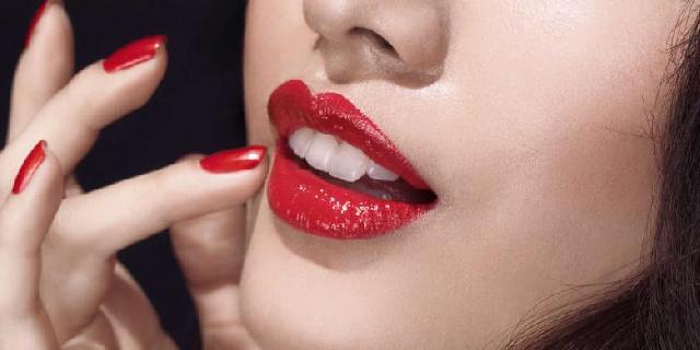 Trik Pakai Lipstik Merah agar Tahan Lama