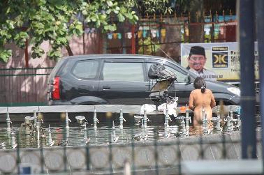 Wanita Gila Tanpa Busana Mandi di Air Mancur Selais Pekanbaru