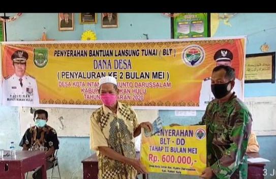 Anggota Koramil 10/Kds Pantau Pembagian BLT di Desa Kota Intan