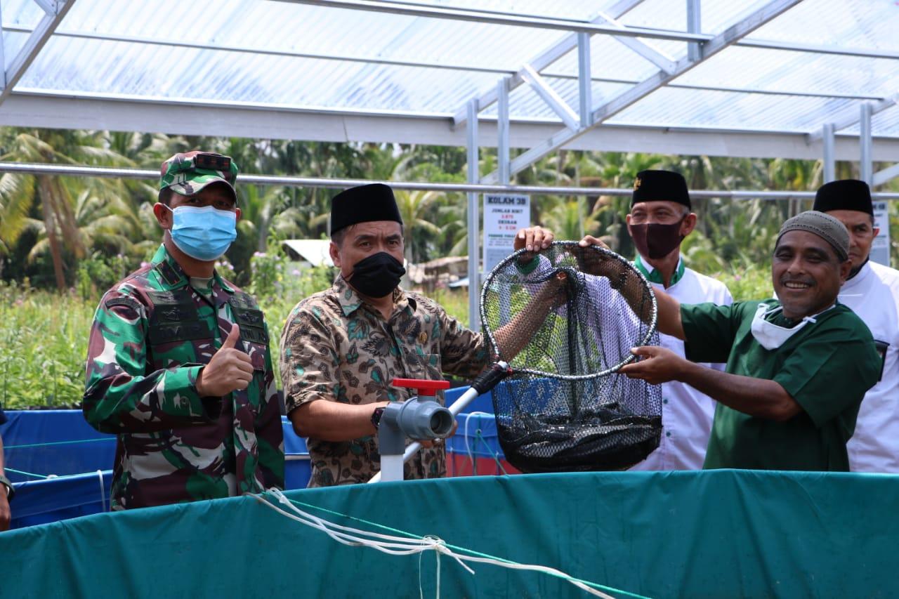 Ketua DPRD Inhil Buka Secara Resmi Panen Perdana Ikan Lele di Ponpes Syekh Abdurrahman Sidiq II