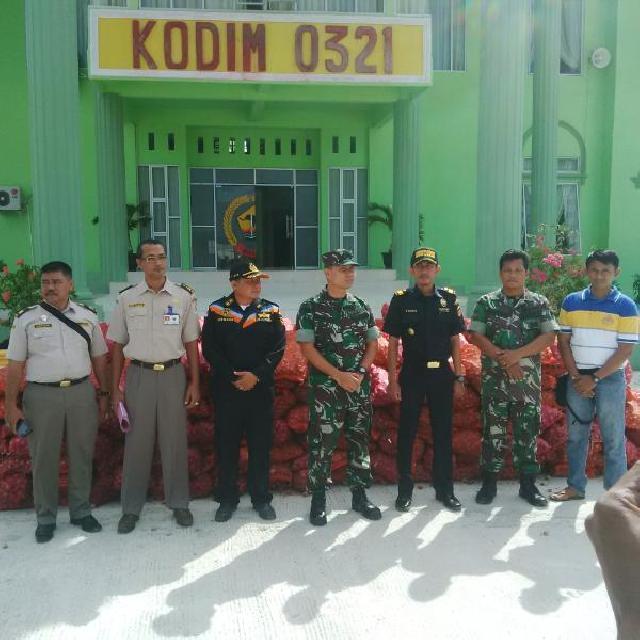 TNI Serahkan Bawang Tangkapan ke Balai Karantina