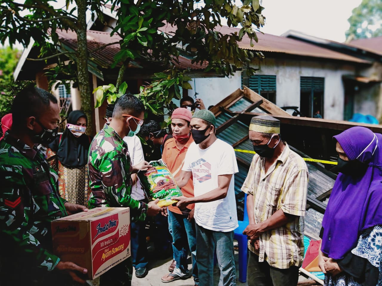Dandim 0314, Polsek Tembilahan Hulu dan Yayasan Vioni Bersaudara Beri Bantuan Korban Kebakaran