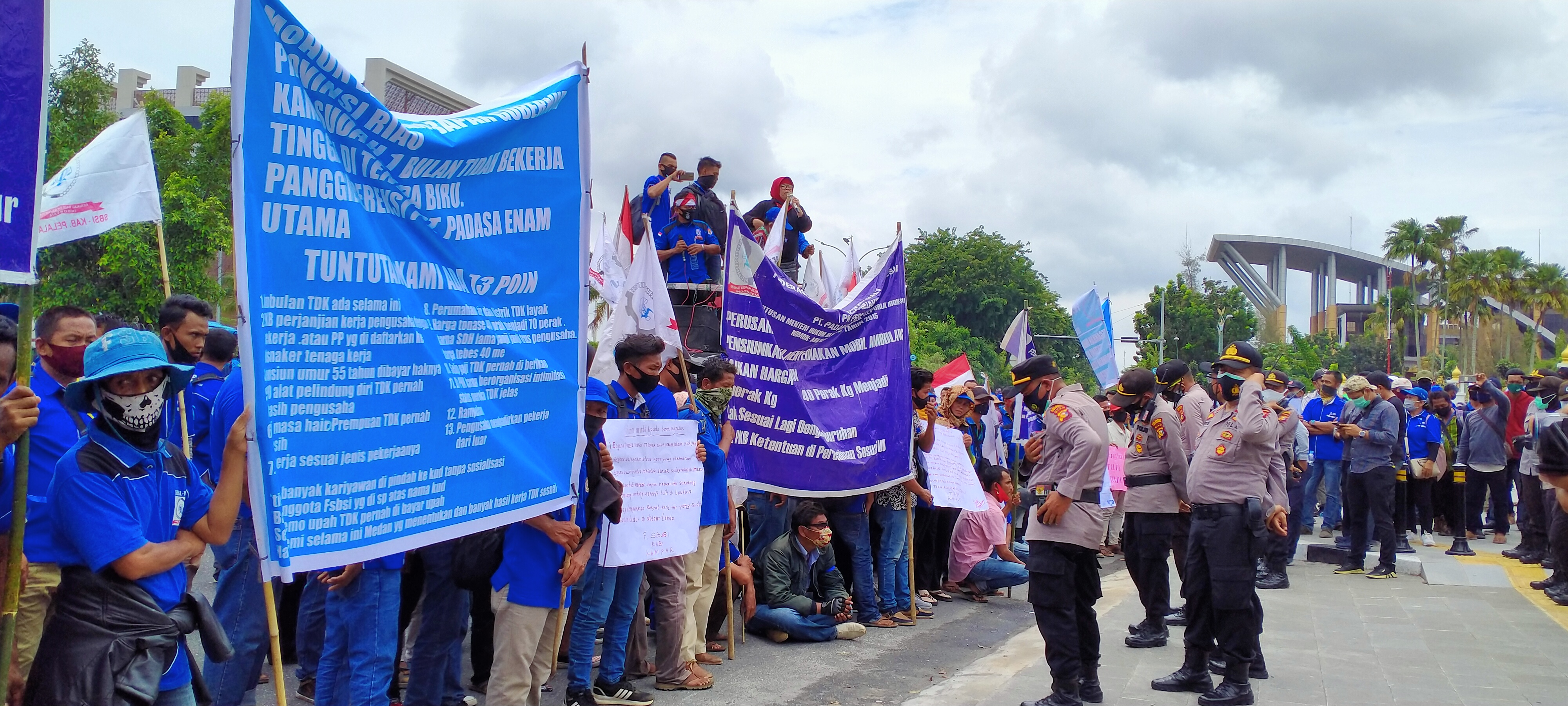 Video: Ratusan Massa Buruh Yang Berunjuk Rasa Di Depan Kantor Gubernur Riau Dibubarkan Paksa Kepolisian