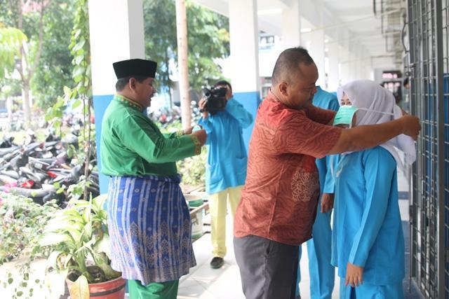 Karang Taruna Rumbai Bantu 1.000 Masker ke SMKN 7 Pekanbaru