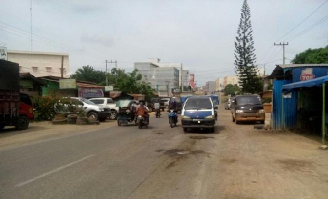 Lobang Menganga Banyak Ditemukan di Jalan Jenderal Sudirman Bagan Batu