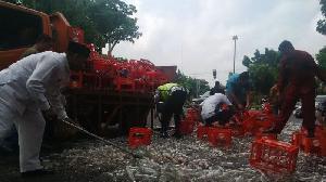 Ribuan Botol Minuman Tumpah di Jalan Cut Nyak Dien